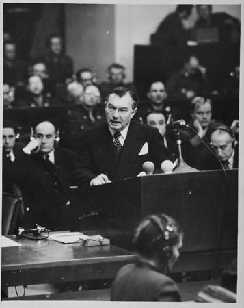 <p>المدعي العام الأول روبرت هـ. جاكسون بلقي كلمة الافتتاح. 21 نوفمبر 1945.</p>