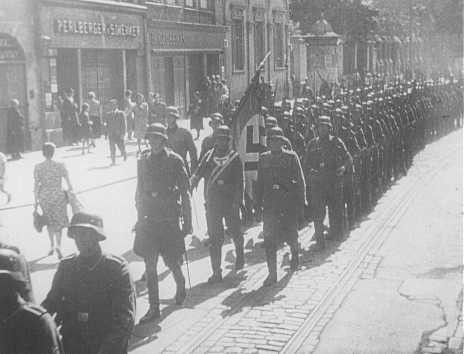 <p>Invading German troops enter the town of Lodz. Poland, September 8, 1939.</p>