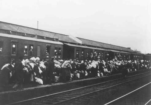 <p>تبعید یهودیان از بیلفلت به ریگا، لتونی. بیلفلت، آلمان، 13 دسامبر.</p>