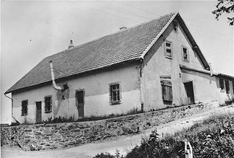 <p>Τον Αύγουστο του 1943, ένας θάλαμος αερίων εγκαταστάθηκε στο κτήριο αυτό, το οποίο απεικονίζεται εδώ μετά την απελευθέρωση του στρατοπέδου, στο στρατόπεδο συγκέντρωσης Νατζβάιλερ-Στρούτχοφ. Γαλλία, 1945.</p>