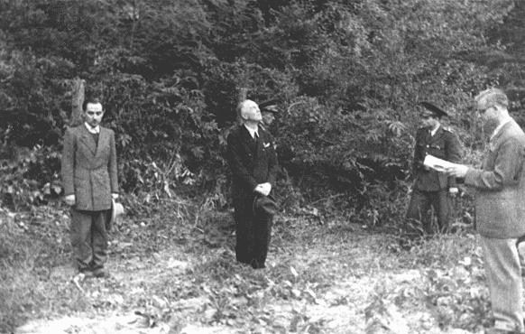 <p>Former Romanian prime minister Ion Antonescu (center) before his execution as a war criminal. Fort Jivava, near Bucharest, Romania, June 1, 1946.</p>