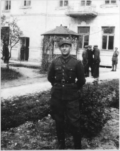 Ben Kamm in uniform after the war. [LCID: jpkamm1]