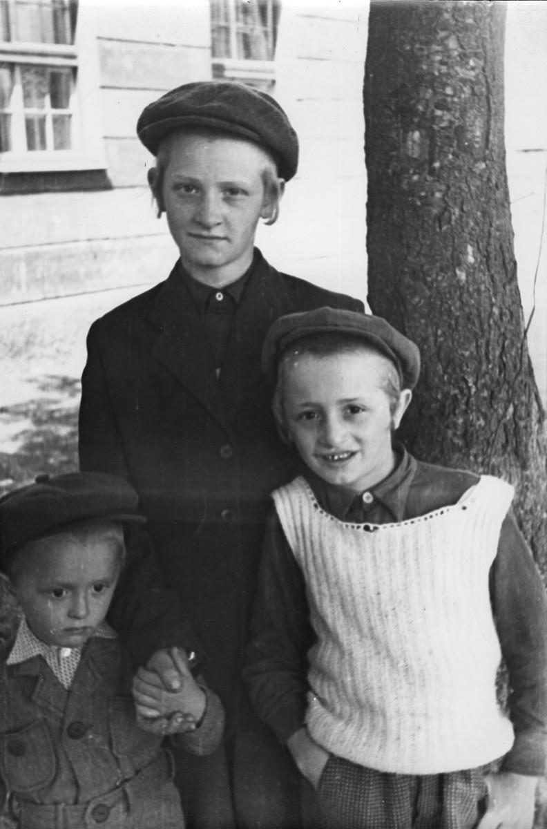 <p>Trois enfants juifs dans le camp de personnes déplacées de Feldafing. Feldafing, Allemagne, 1946-1947.</p>