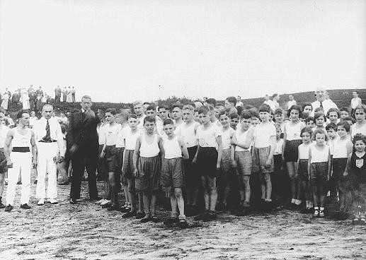 Jewish children gathered for a sporting event in a summer camp organized by the Reich Union of Jewish Frontline Soldiers. [LCID: 00948]