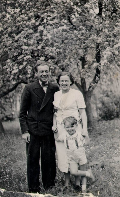 Three-year-old Thomas with his parents, Mundek and Gerda. [LCID: buerg22]
