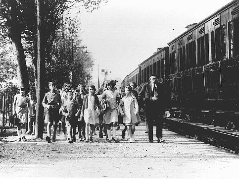 """Children and staff leaving for the """"Morgenroyt"""" schools summer camp, organized by the Bund (Jewish Socialist party)."""