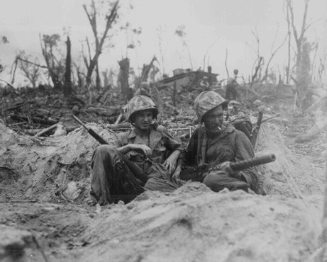 <p>Fusiliers marins américains lors de l'étape finale du combat pour l'Île Peleliu, théâtre des opérations de la guerre du Pacifique . 14 septembre 1944.</p>