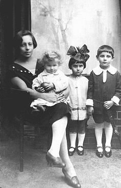 Una fotografía de la preguerra de tres niños judíos con su niñera. [LCID: 07734]