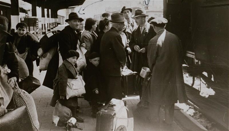 """<p>تبعید یهودیان از هاناو، نزدیک """"فرانکفورت ام ماین"""" (نام سابق فرانکفورت) محله یهودی نشین ترزین اشتاد. هاناو، آلمان، 3 ماه مه 1942.</p>"""