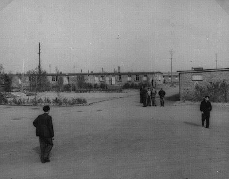 <p>Vista do campo de deslocados-de-guerra em Zeilsheim. Zeilsheim, Alemanha, 1945.</p>