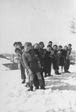 <p>الأطفال اليهود الذين آواهم سكان قرية لوشامبون سور لينيون البروتستانت. فرنسا، في الفترة بين عام 1941 و1944.</p>