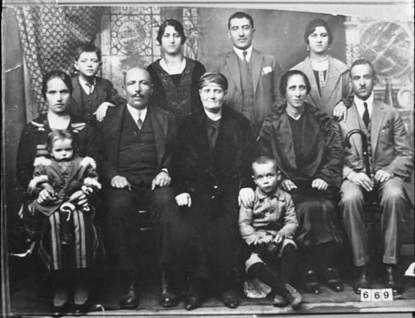 <p>Portrait of an unidentified family of eight adults and three children in Bitola.</p>