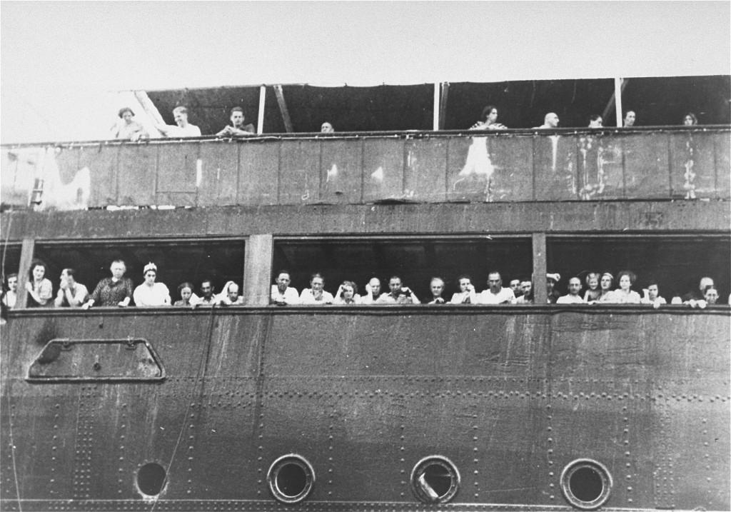 "<p>لاجئون على متن سفينة ""سانت لويس"" ينتظرون سماع ما إذا كانت كوبا ستمنحهم إذن الدخول أم لا. قبالة شاطئ هافانا، كوبا، 3 يونيو عام 1939.</p>"