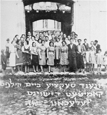 <p>Portrait of a youth section of the aid committee maintained by the American Jewish Joint Distribution Committee throughout Poland before America's entry into the war. Zelechow, Poland, 1940.</p>