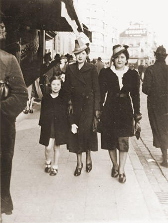 Esther Rosenbaum (center) walks along a commercial street in Antwerp with her daughter Frieda and a friend.