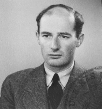 <p>Foto paspor dari Raoul Wallenberg. Swedia, Juni 1944.</p>