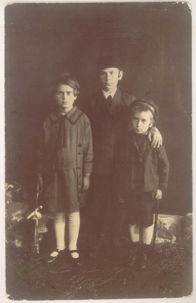 1925 photograph taken in Kolbuszowa, Poland, showing Norman (at right) with his sister Rachel (left) and brother David (center). [LCID: sals1]