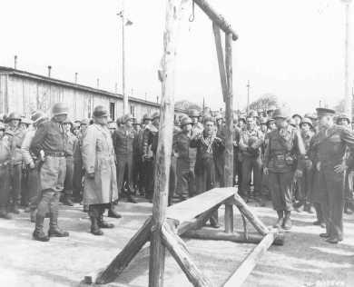 <p>رجل هولندي نجى من محتشد أوردروف يظهر مشنقة للقوات الأمريكية (أيزنهاور وبرادلي وباتون), استعملها الألمان لقتل السجناء. ألمانيا في 12 أبريل 1945.</p>