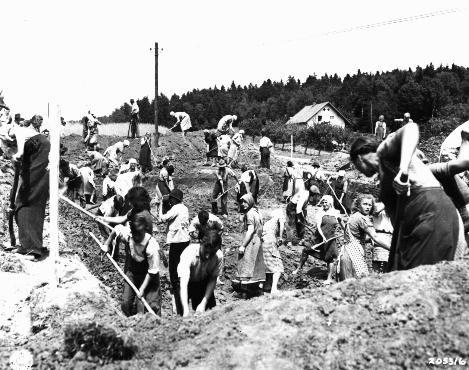 <p>米軍当局の命令により、ブーヘンヴァルト強制収容所からの死の行進の犠牲者のための墓を掘るナンメリングのドイツ人市民。1945年5月、ドイツ。</p>