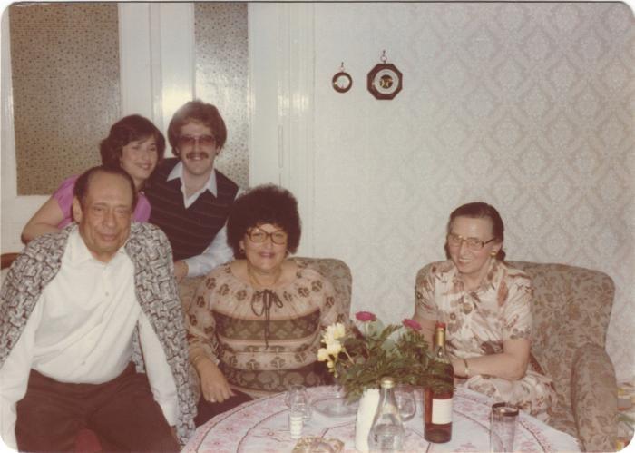 <p>آنا غوتمان (بوروس) (جالسة ، في الوسط) ، ابنتها وصهرها يزوران الدكتور محمد حلمي (جالس على اليسار) وزوجته إيمي (جالسة على اليمين) ، في برلين في عام 1980. د. حلمي أخفى غوتمان في منزله طوال مدة الحرب العالمية الثانية.</p>