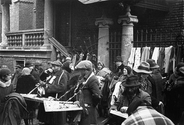<p>Scene of prewar economic life: Jewish vendors sell their wares at an outdoor market in front of the Stara synagogue. Krakow, Poland, 1936.</p>