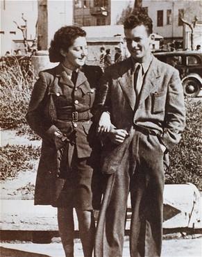 <p>救出作戦の出発前に兄と語らうユダヤ人落下傘部隊員ハンナ・セネシュ。 1944年3月、パレスチナ。</p>
