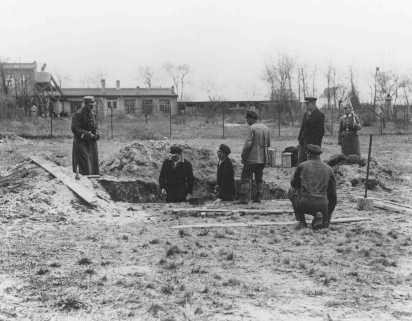 Prisoners at forced labor under SS and police guard in the Oranienburg concentration camp. [LCID: 78400]