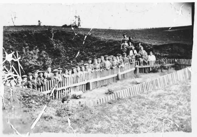 <p>أعضاء فرقة الفدائيين بيلسكي جنب مقبرة جماعية بعد التحرير. بولندا 1945.</p>