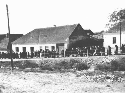 <p>Mujeres romaníes (gitanas) marchan a trabajar en el campo de reclusión de Lackenbach. Lackenbach, Austria, 1940-1941.</p>