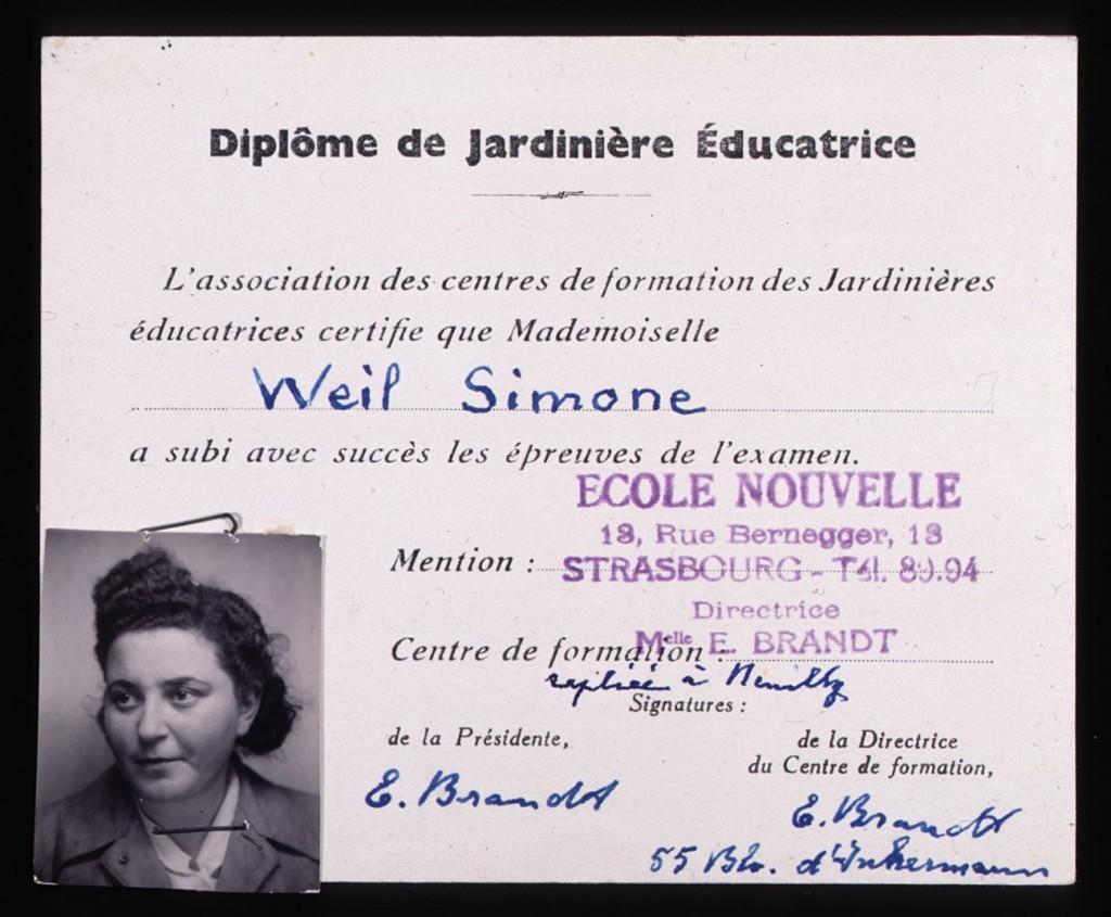 """<p>Simone Weil conseguì questo diploma, che l'autorizzava ad insegnare negli asili francesi, nel 1940, dalla Scuola per i Servizi Sociali di Strasburgo. SImone Weil assunse una falsa identità verso la fine del 1943 per facilitare le sue attività in seno alla Resistenza, attività che ella svolgeva come membro dell'organizzazione umanitaria Oeuvre de Secours aux Enfants (Società per il Soccorso dell'Infanzia, OSE) Tra i documenti comprovanti la nuova identità della Weil vi era una versione falsificata di questo diploma, con il nome di """"Simone"""" Werlin.</p>"""