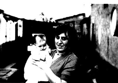Ida Baehr Lang holding her infant daughter, Freya Karoline, in Lambsheim. [LCID: n02824]