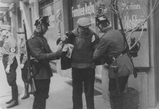 <p>Búsqueda policial en Berlín. Alemania, 1933.</p>