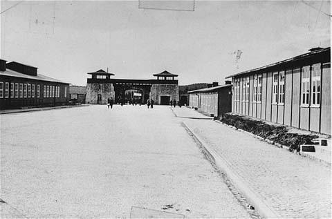 <p>La place de l'appel dans le camp de concentration de Mauthausen, fait face à l'entrée principale. Cette photo a été prise après la libération du camp. Mauthausen, Autriche, entre mai et septembre, 1945.</p>