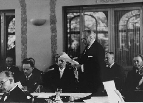 <p>Utusan Amerika Serikat Myron Taylor menyampaikan pidato di Konferensi Evian yang membahas tentang pengungsi Yahudi dari Jerman Nazi. Evian-les-Bains, Prancis, 15 Juli 1938.</p>