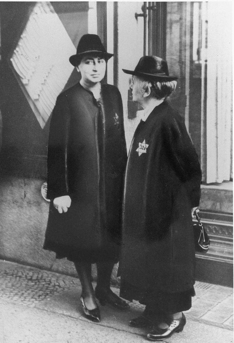 <p>دو زن یهودی آلمانی که ستاره زرد داوود را بر لباس دارند. آلمان، 27 سپتامبر 1941.</p>