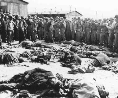 <p>جنرال دوايت أيزنهاور (في الوسط), قائد جيش الحلفاء, أمام جثث السجناء الذين لقوا حتفهم بمحتشد أوردروف بألمانيا. 12 أبريل 1945.</p>
