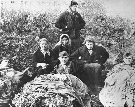 "<p>Yugoslav partisans with Jewish <a href=""/narrative/5666"">parachutists</a> from Palestine. Yugoslavia, 1944.</p>"