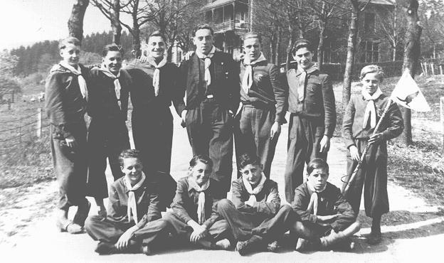 <p>Niños mayores que ayudaron a que funcionara la escuela en la colonia infantil en Grand Air (Colonie des Enfants au Grand Air). Tres de los niños son jóvenes judíos que se ocultaron allí durante la guerra. Liege, Bélgica, entre 1942 y 1944.</p>