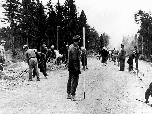 <p>Polish forced laborers construct a highway in Germany. Place uncertain, 1941.</p>