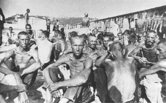 <p>Prisioneros del campo de detención de Sajmiste en Serbia. Zemun, Yugoslavia, durante la guerra.</p>