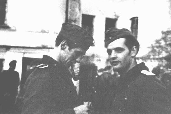 <p>Alexander Schmorell (à gauche) et Hans Scholl, membres du groupe de résistance étudiante de la Rose blanche, avant leur départ pour le front oriental. La guerre féroce qui y était menée renforça leur opposition aux nazis. Munich, Allemagne, 1942.</p>