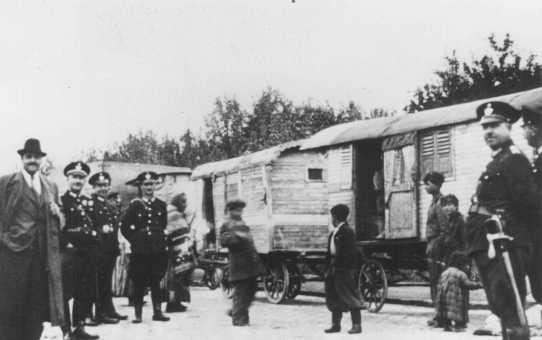 Nazi police round up Romani (Gypsy) families from Vienna for deportation to Poland. [LCID: 16016]