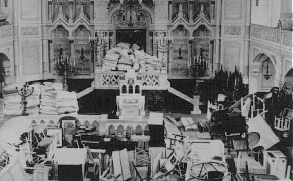 <p>معبد يهودي تم استخدامه كمخزن لممتلكات اليهود المرحلين. حي سزيجيد اليهودي، المجر، عام 1944.</p>