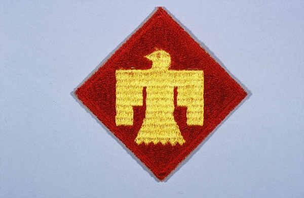 """<p>Lambang Divisi Infanteri ke-45. Divisi Infanteri ke-45 memperoleh julukan sebagai divisi """"Thunderbird"""" karena thunderbird emasnya. Simbol Penduduk Asli Amerika ini menjadi lambang divisi tersebut pada tahun 1939. Lambang ini menggantikan simbol Penduduk Asli Amerika yang digunakan sebelumnya, swastika, yang ditarik kembali karena berkaitan erat dengan partai Nazi.</p>"""