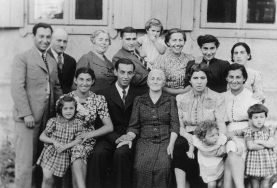 <p>Three generations of a Jewish family pose for a group photograph. Vilna, 1938-39.</p>