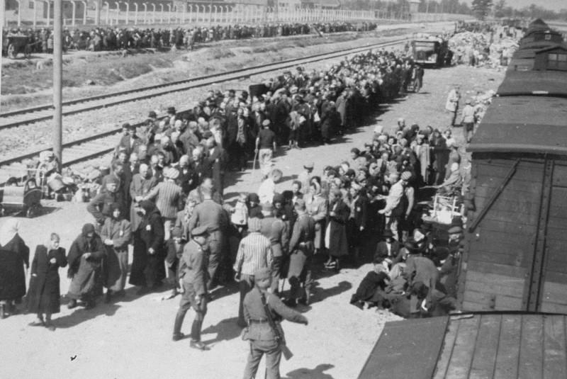 Selection of Hungarian Jews at the Auschwitz-Birkenau killing center. [LCID: 77234]