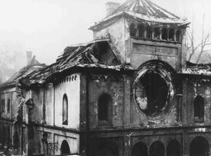 <p>المعهد اليهودي هارسوغ رودلفشتراس بعد أن تعرض للتدمير خلال ليلة الزجاج المكسور (ليلة الكريستال). ميونج, ألمانيا, نوفمبر 1938.</p>