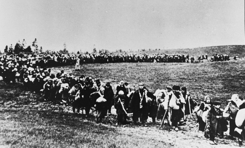 A column of refugees in the Soviet Union, following the German invasion of Soviet territory on June 22, 1941. [LCID: 03181]