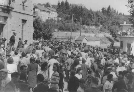 <p>Residentes del pueblo de Le Chambon-sur-Lignon, cuya población refugió a judíos durante la Segunda Guerra Mundial, celebran la liberación en la plaza del pueblo. Le Chambon-sur-Lignon, Francia, después de agosto de 1944 [Para obtener copias de esta fotografía, sírvase comunicarse con Beth Hatefutsoth.]</p>