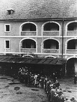 <p>Prisoners wait for food rations. Theresienstadt ghetto, Czechoslovakia, between 1941 and 1945.</p>